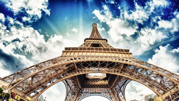 Francja Każdemu pracownikowi we Francji przysługuje 2,5 dnia płatnego urlopu za każdy przepracowany miesiąc, co razem daje 30 dni roboczych (5 tygodni) w roku urlopowym. Przy czym 24 dni robocze urlopu mogą być wykorzystane nieprzerwanie, pozostałe powinny być wzięte w innym okresie. Natomiast najkrócej urlop może trwać 12 dni - musi też zostać udzielony pomiędzy 1 maja a 31 października.
