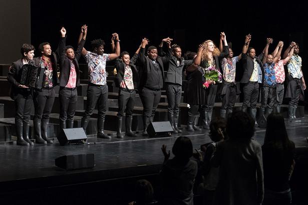 """Nagrodzone Grand Prix """"Requiem da L."""" belgijskiej grupy les ballets C de la B to poruszające, imponujące muzycznym rozmachem i maestrią wykonania przedstawienie. W spektaklu 14 muzyków z Afryki (głównie z Konga) oraz z Europy spotkało się wokół największego i nieukończonego dzieła Mozarta, uzupełniając fragmenty napisane oryginalnie przez kompozytora o motywy jazzowe, rdzenną muzykę afrykańską czy też improwizacje. Nagrodzony spektakl za pomocą muzyki i obrazu mówi o odchodzeniu i pokazuje, że graniczne, najważniejsze doświadczenia są niezmienne w czasie i wspólne przedstawicielom różnych kultur. Fot. Wojtek Szabelski"""