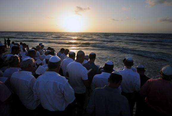Vernici ovog dana odlaze do reke gde se mole