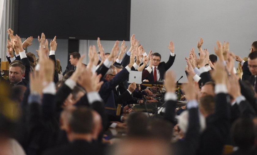 Tajemnicze osoby na głosowaniach w Sali Kolumnowej. Kancelaria Sejmu się tłumaczy