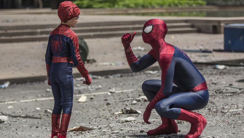 Peter Parker (Andrew Garfield) nie jest już nastolatkiem, właśnie skończył college, wybiera się na studia i planuje przyszłość z ukochaną Gwen Stacy (Emma Stone)