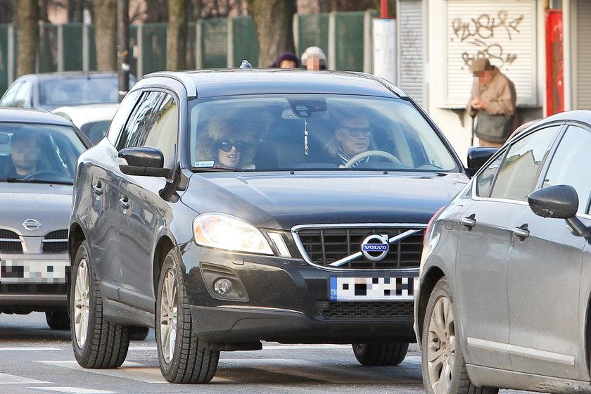 Kora i Kamil Sipowicz w samochodzie pod szpitalem