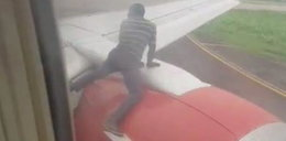 Mężczyzna wskoczył na skrzydło startującego samolotu