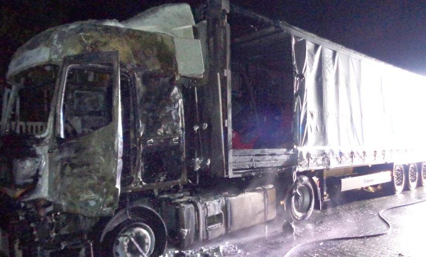Mieszkaniec Chęcin zginął w płonącym aucie. Urzędnicy twierdzą, że wciąż żyje