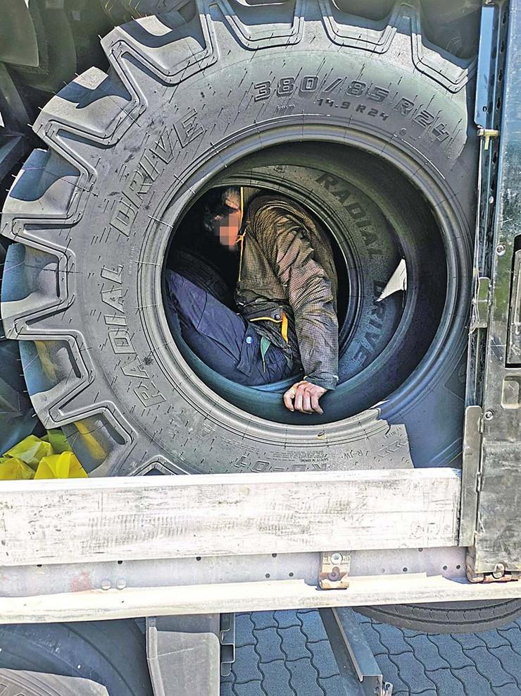 Migrant u traktorskoj gumi