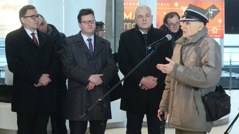 """Od lewej: Prezes IPN Jarosław Szarek, wiceminister infrastruktury Andrzej Bittel, członek zarządu PKP S.A. Andrzej Olszewski, mjr Wacław Sikorski """"Bocian"""""""