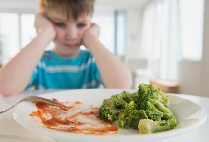 Kada dete odbija obroke, mrljavi, jede samo pojedinu hranu, najčešće su krivi roditelji ili bake i deke