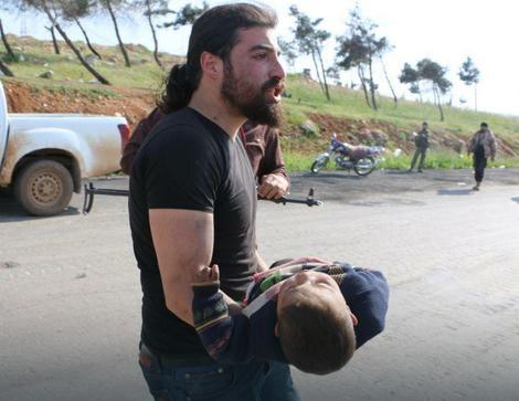 Abd Alkader Habak sa ranjenim detetom u rukama