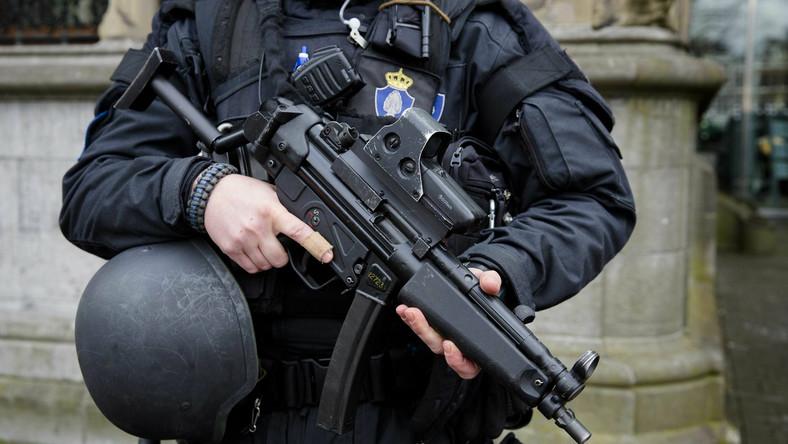 Policjant w Hadze, w Holandii, po brukselskich zamachach