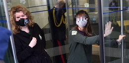 Protest przed Sejmem. Aktywistka przykleiła się do drzwi jednego z budynków