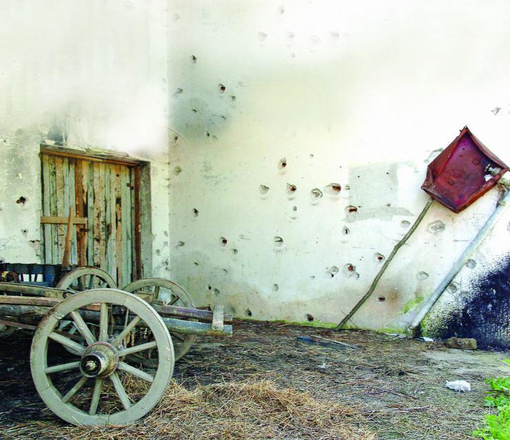 587263_kravica-mesto-gde-su-ubijeni-muslimani-1995-zid-sa-rupama-od-metaka180315ras-file01-foto-blic