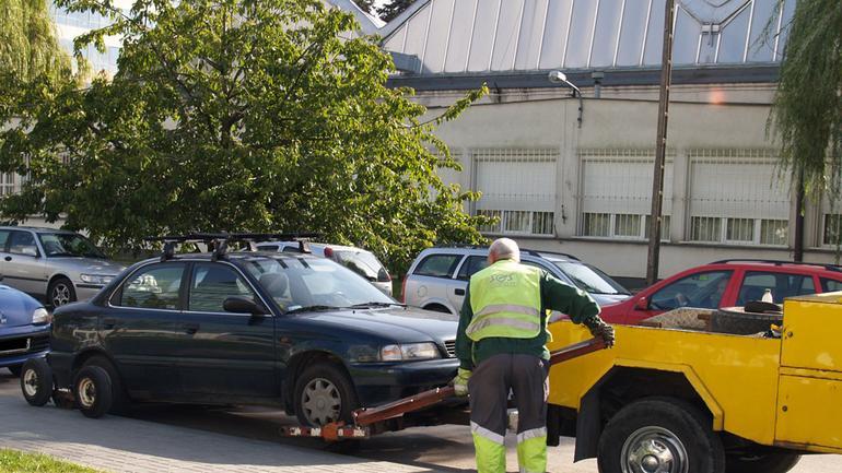 Kiedy policja i straż miejska mogą odholować auto