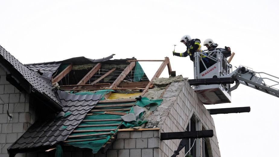 Straż pożarna usuwa zniszczenia po burzy w miejscowości Niegowoniczki