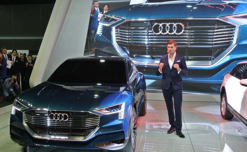 Kamil Łabanowicz i Audi e-tron w czasie premiery w Poznaniu