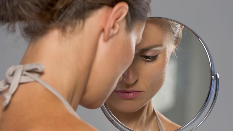 Skóra normalna, sucha, tłusta oraz mieszana – każda z nich potrzebuje innego rodzaju pielęgnacji, a tym samym różnych kosmetyków. Wiele osób niestety o tym zapomina i sięga po nieodpowiednie preparaty. Warto zwrócić uwagę na stan swojej cery, a najlepiej zasięgnąć fachowej rady eksperta przy dobrze kosmetyków do codziennej pielęgnacji. - Bardzo ważne jest, by odpowiednio dobierać kosmetyki do potrzeb naszej skóry. Niestety bardzo często kobiety sięgają po produkt, sugerując się ładnym opakowaniem lub reklamą, a nie rzeczywistymi potrzebami. Najlepiej jest zasięgnąć w tej kwestii porady specjalisty, który pomoże indywidualnie dobrać odpowiedni preparat. Podobnie jest z wyborem odpowiednich zabiegów kosmetycznych. Dopiero po dokładnym wywiadzie przeprowadzonym z pacjentem możemy zaplanować, jak prawidłowo zadbać o jego skórę, by efekt całkowicie spełnił jego oczekiwania - mówi Anna Machnik, kosmetolog z Body Care Clinic w Katowicach