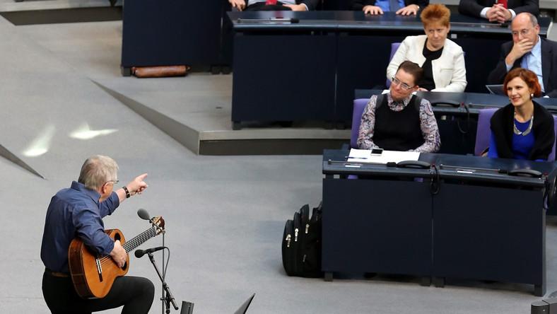 Zgrzyt w Bundestagu. Antykomunistyczny bard: Jesteście nędzną resztką...