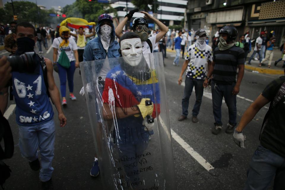 Kilka miesięcy po zaprzysiężeniu Maduro, w lutym 2014 r. wybuchły zamieszki, które z przerwami trwają do dzisiaj, ale wraz z pogarszaniem sytuacji w kraju, protesty stają się coraz większe i coraz bardziej krwawe.