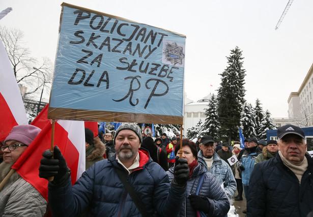 Protest służb mundurowych przed Sejmem
