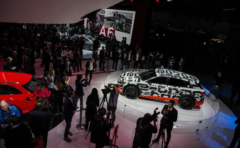Pomarańczowe elementy naśladujące sieć wysokiego napięcia podkreślają fakt, że Audi e-tron jest pojazdem w pełni elektrycznym