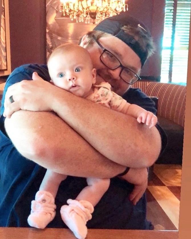 Ovaj tata pokazao je svetu sjajan trik za uspavljivanje bebe