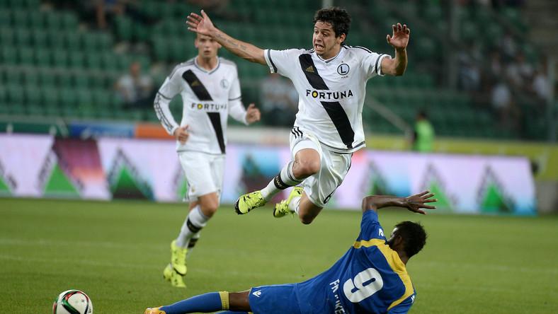 Zawodnik Legii Warszawa Guilherme (wyżej) walczy o piłkę z Erickiem Bonfim Floresem z albańskiego FK Kukesi podczas rewanżowego meczu 3. rundy eliminacyjnej Ligi Europejskiej