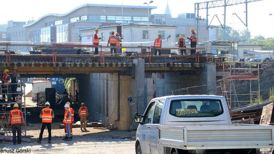 Prace przy przebudowie wiaduktu i stacji toczą się, ale ich tempo nie jest zadowalające