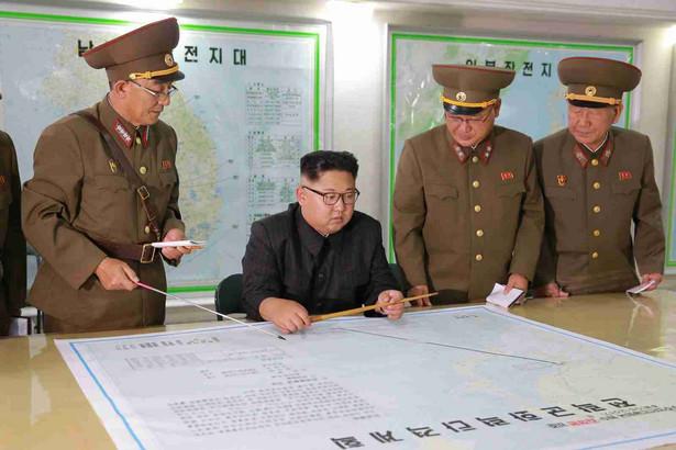 Kim Dzong Un na razie nie podejmie decyzji o odpaleniu rakiet w pobliże należącej do USA wyspy Guam.