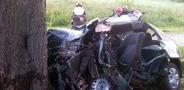 Auto wbiło sięw drzewo, nie żyją dwie osoby