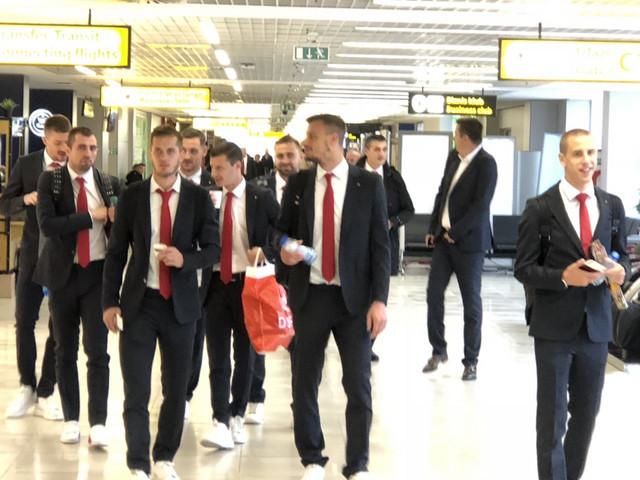 Fudbaleri Zvezde na beogradskom aerodromu pred polazak za Liverpul