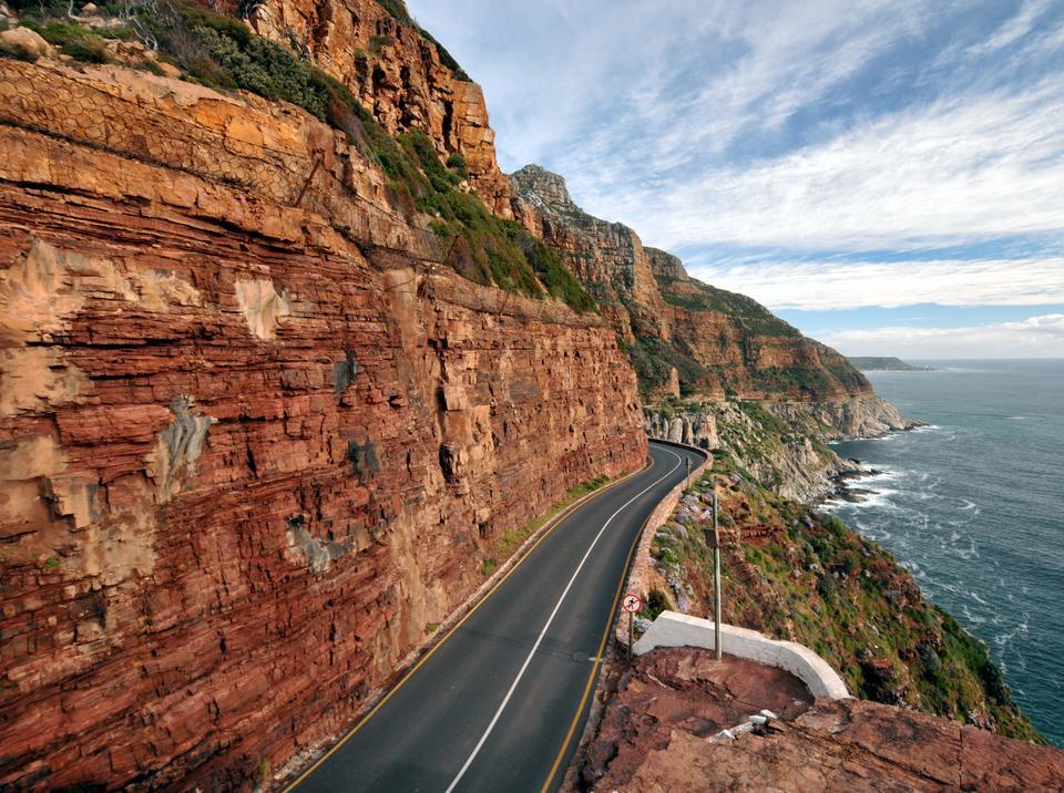 Kierując się na południe z zatoki Haut Bay trzeba się wybrać na uroczo położoną nad samym oceanem trasę widokową Chapman's Peak Drive. Przebiega ona pomiędzy Hout Bay i Noordhoek na zachodnim wybrzeżu Cape Town, w Republice Południowej Afryki. Droga oferuje widok na góry po jednej stronie i na Ocean Atlantycki z drugiej strony.