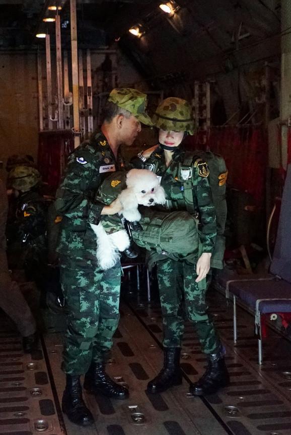 Sa kraljem i njegovim psom