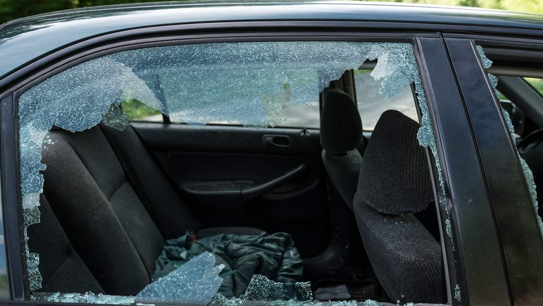 Zniszczony samochód ekologów z Inicjatywy Dzikie Karpaty