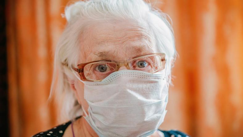Starsza kobieta w maseczce