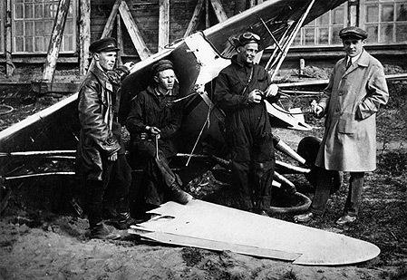 Siergiej Pawłowicz Koroliow (pierwszy od prawej) przy rozbitym podczas prób SK-4