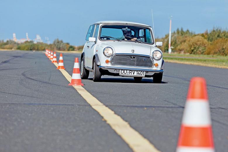 Wow! Najmocniejszy silnik w tym porównaniu napędza najmniejsze auto! Austin Mini Mayfair odgrywa tu rolę sportowca, kierowca znakomicie czuje samochód. Przestronność  i komfort? To pozostawiono innym...