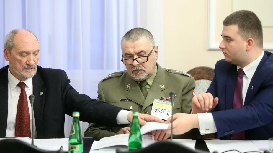 Antoni Macierewicz, płk Krzysztof Gaj oraz Bartłomiej Misiewicz, 2016 r.