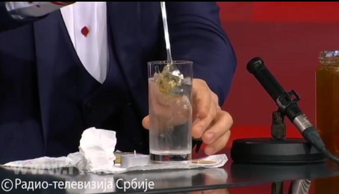 Profesor pokazao kako s euz pomoć kašike i čaše vode može proveriti da li je med pravi