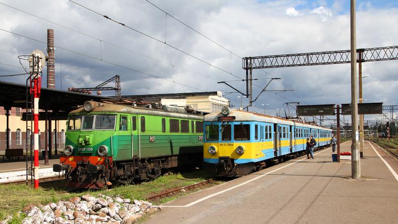Pociągi przy peronie na stacji
