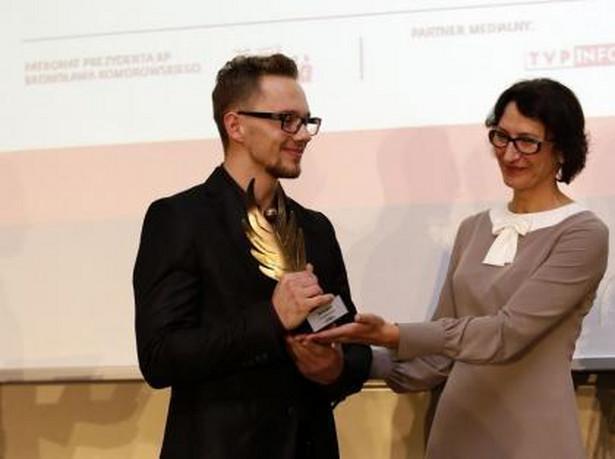 """Redaktor naczelna """"Dziennika Gazety Prawnej"""" wręcza nagrodę na gali podsumowującej cykl """"Nie ma wolności bez przedsiębiorczości"""". Fot. Wojtek Górski"""