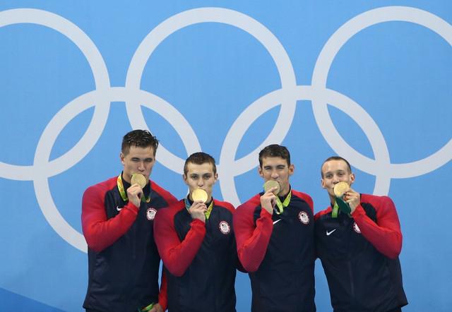 Majkl Felps sa članovima američke štafete na 4x100