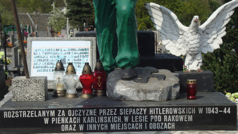 Wolbórz: tabliczka smoleńska wmontowana w pomnik