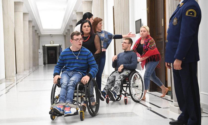 To dlatego zakazali niepełnosprawnym spacerów po Sejmie!