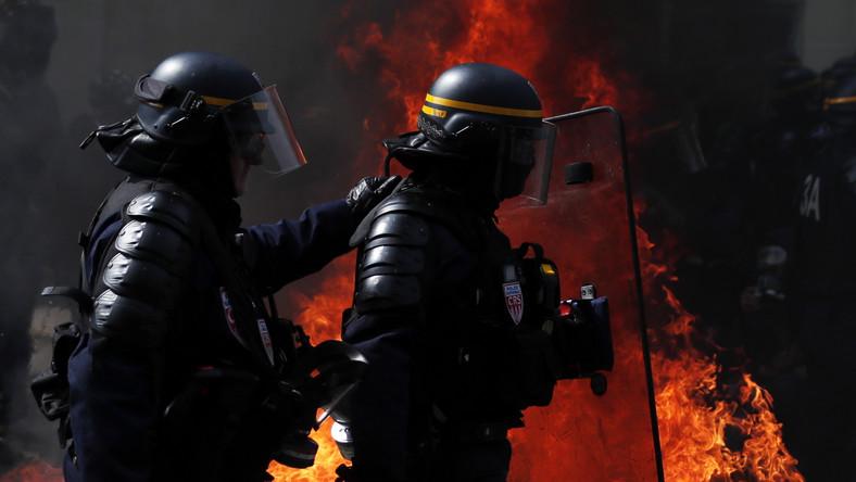 """Mimo zwiększonej obecności policji jeszcze przed rozpoczęciem oficjalnej, organizowanej przez związki zawodowe manifestacji doszło do zamieszek. Według relacji świadków, manifestanci z ruchu """"żółtych kamizelek"""" - którzy co sobotę protestują przeciw polityce gospodarczej prezydenta Emmanuela Macrona - oraz """"czarnych bloków"""" - zamaskowanych, ubranych na czarno anarchistów i członków ugrupowań skrajnej lewicy - próbowali dostać się na czoło oficjalnego pochodu, a policja, aby ich powstrzymać, użyła gazu łzawiącego."""