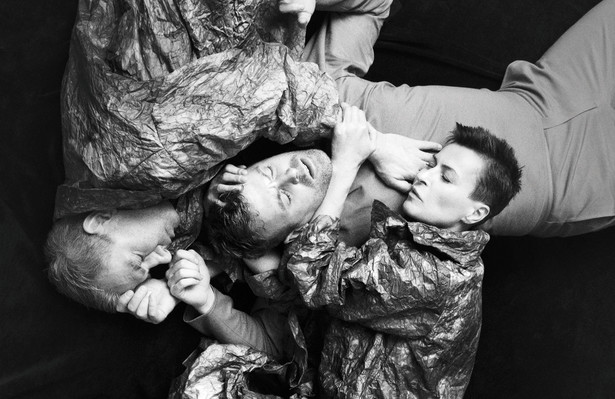 W spektaklu występują m.in.: Mateusz Rusin (jako Henryk), Danuta Stenka (w rolach Matki i Mańki), Grzegorz Małecki (Pijak), Karol Dziuba (Władzio), Jerzy Radziwiłowicz (Ojciec), Marcin Przybylski (Kanclerz), Robert Jarociński (Szef policji), Magdalena Warzecha (Biskup Pandulf), Arkadiusz Janiczek (Zdrajca) oraz Anna Grycewicz, Joanna Gryga, Paulina Korthals (Gimnazjalistki-pijaczki, Druhny) i Kacper Matula (Pijaczek Antek).