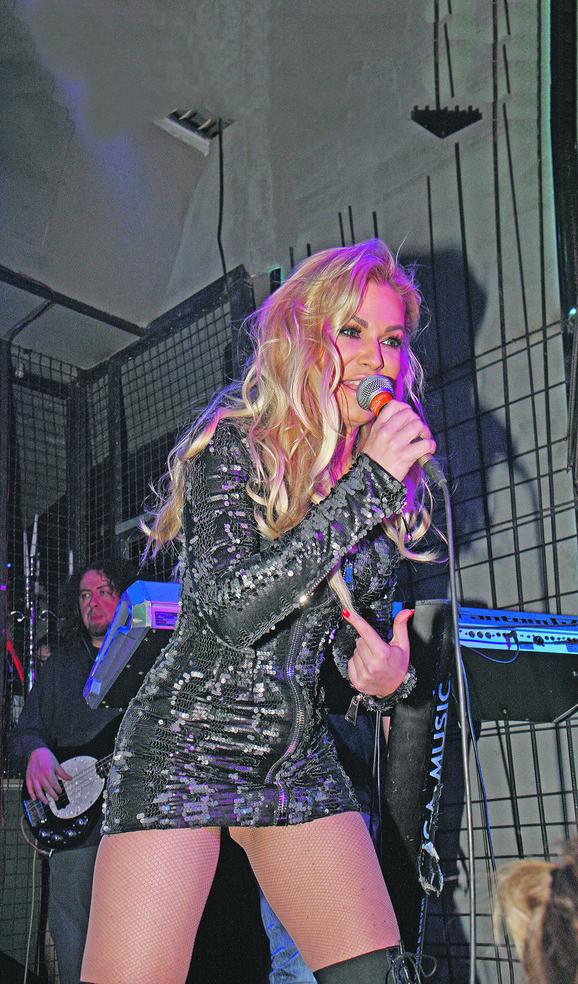 Nataša Bekvalac  je nastup počela svojim hitom