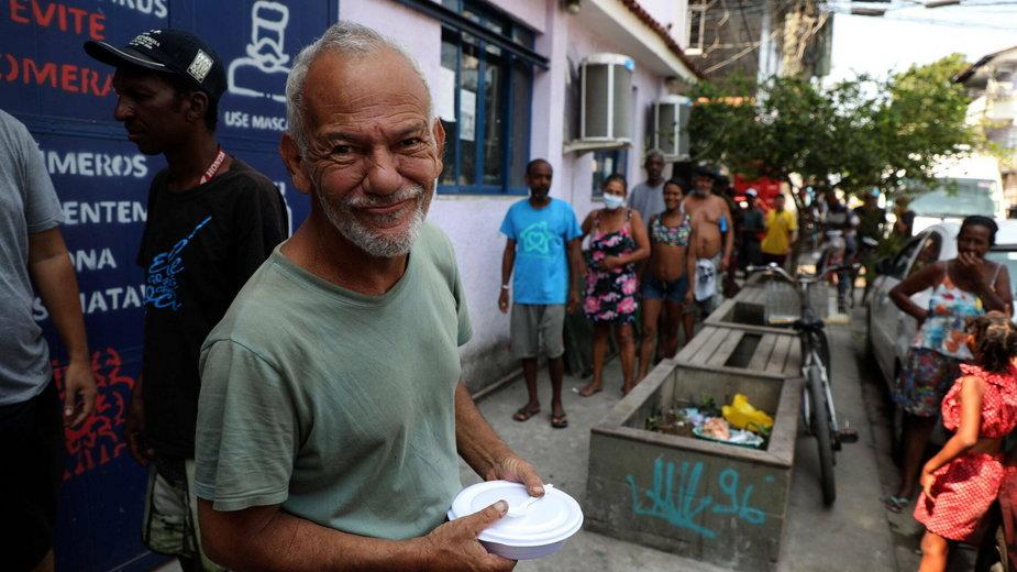 Kolejka po jedzenie w faweli Mare w Rio de Janeiro, 15.10.2020