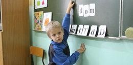 6-latki ledwo sięgną do tablicy. I one mają iść do szkoły?!