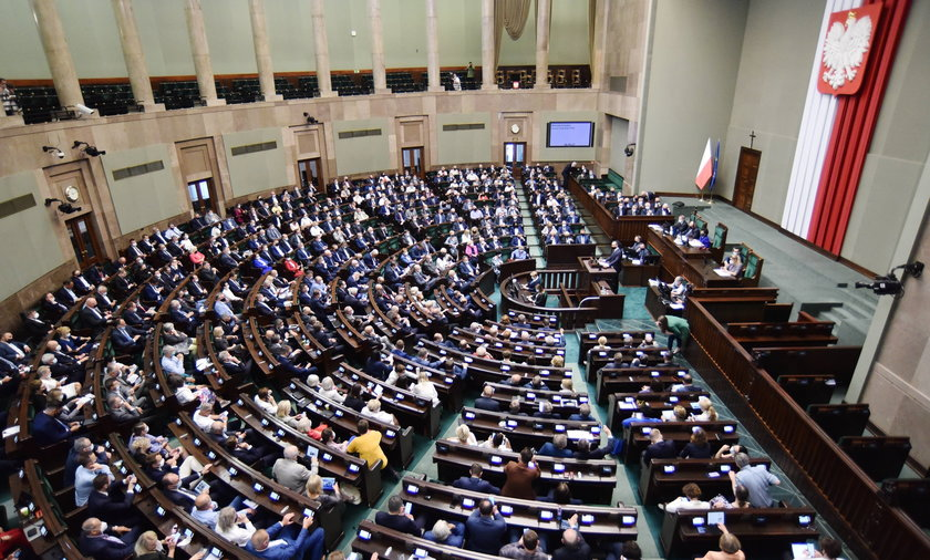 Gdyby wybory odbyły się w sierpniu, w Sejmie znalazłoby się 5 ugrupowań - wynika z nowego sondażu CBOS.