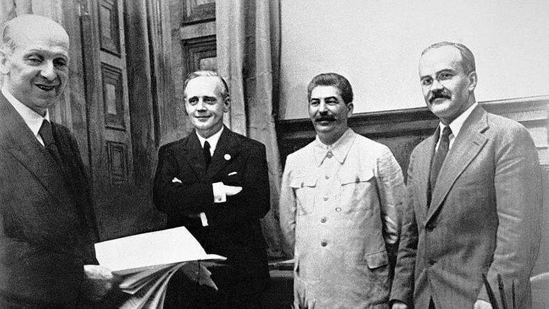 Pakt Ribbentrop-Mołotow. 23 sierpnia 1939, od lewej stoją: szef działu prawnego niemieckiego MSZ Friedrich Gauss, niemiecki minister spraw zagranicznych Joachim von Ribbentrop, Józef Stalin oraz minister spraw zagranicznych ZSRR Wiaczesław Mołotow.