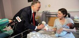Te dzieci urodziły się w urodziny Gdyni. Prezydent Szczurek rozdał im prezenty